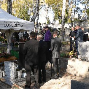 bliscy i rodzina zgromadzeni na pogrzebie